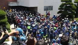 .Hyundai shipyard holds shareholders meeting after tense confrontation with workers .