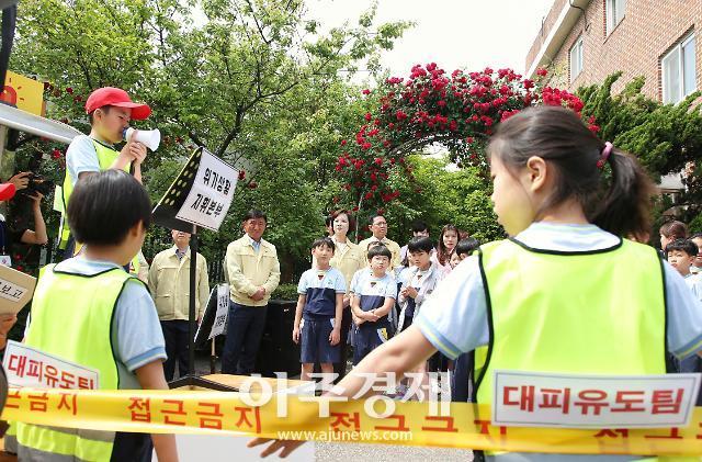 유은혜 부총리, 인천 박문초에서 어린이 재난안전훈련 참여