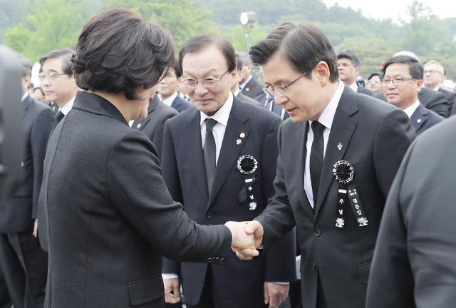 [포토] 황교안 대표와 악수하는 김정숙 여사