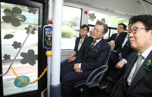 文在寅试乘氢能公交车