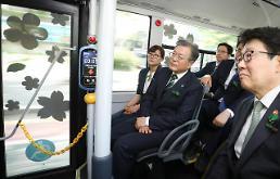 .文在寅试乘氢能公交车.