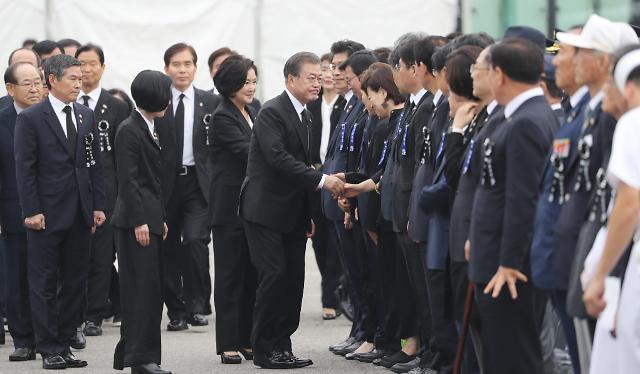 한국당, 文대통령, 현충원서 김원봉 헌사 비판