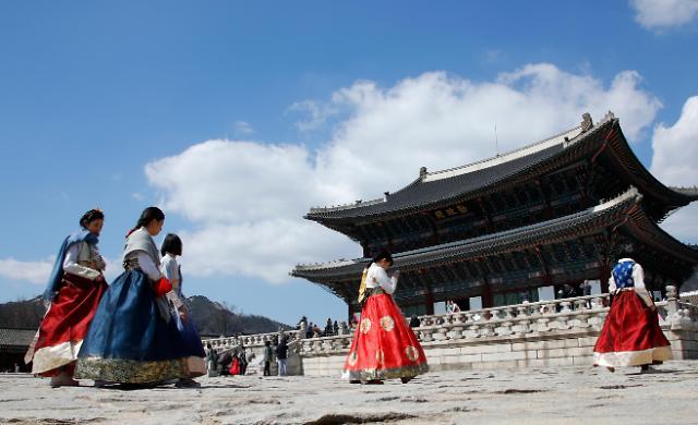 访韩外国游客人均消费4500元 最爱购物和美食