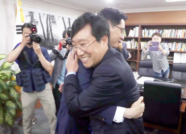 [포토] 양정철과 포옹하는 김경수 도지사