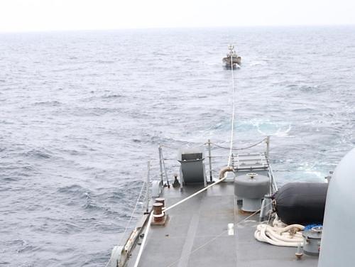 해군 함정, NLL서 북한 조난 선박 첫 인계