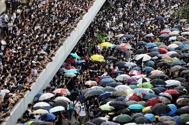 홍콩 범죄인 인도법안 심의 일단 연기됐지만…