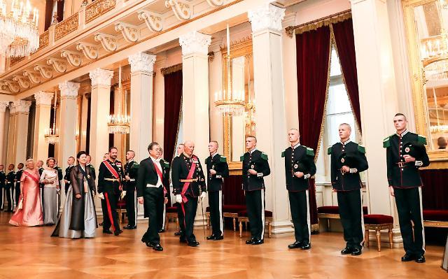 文在寅与挪威首相举行会谈 探讨多领域合作方案
