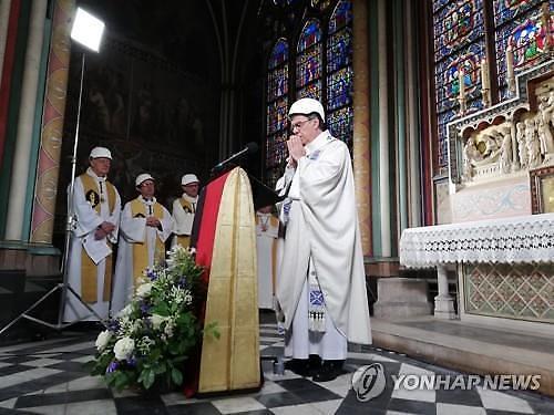 노트르담 성당, 화재 2개월만에 안전모 쓰고 첫 미사