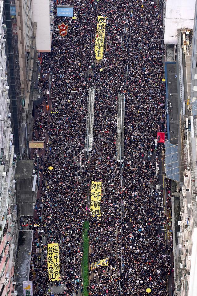 홍콩 200만명 검은 대행진에 백기...행정장관 첫 공개사과