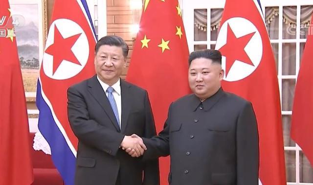 [포토] 악수하는 시진핑-김정은