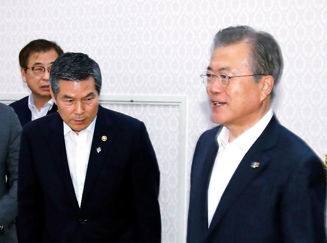 [포토] 문재인 대통령에게 인사하는 정경두 국방부 장관