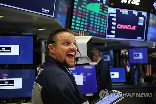 [글로벌 증시] 美연준 금리인하 가능성...S&P500 사상 최고치 경신