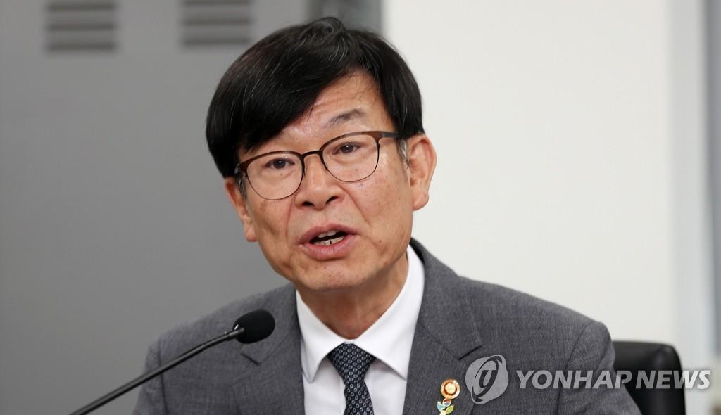 """추경 의사일정도 못잡은 국회…예결위선 """"김상조 나와라"""""""