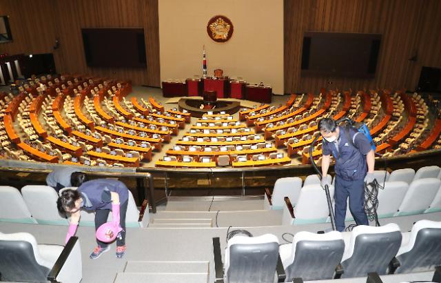 [포토] 묵은먼지 털어내는 국회 본회의장
