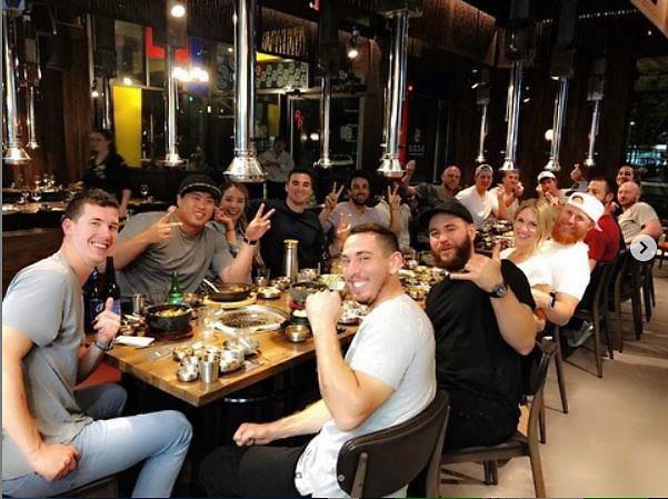 [포토] 류현진 부부, 다저스 동료들과 고기 파티