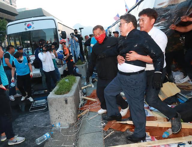 [포토] 천막 철거 항의하는 대한애국당 조원진 대표