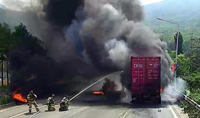 [포토] 창원터널 입구 25t 트럭 화재
