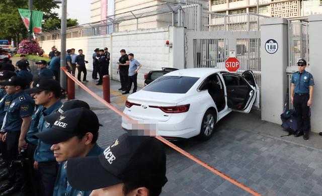 一男子驾车冲撞美国驻韩大使馆 后备箱内满是瓦斯罐