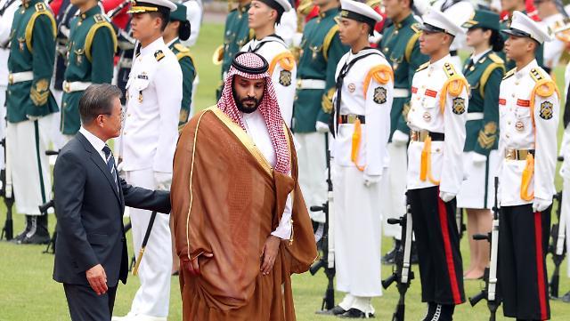 [포토] 의장대 사열하는 빈 살만 사우디 왕세자