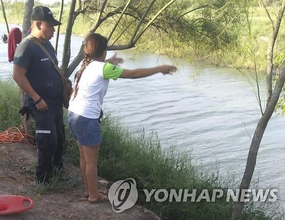[사진한장]아빠와 난 죽어도 리오그란데 강을 못 건넜죠