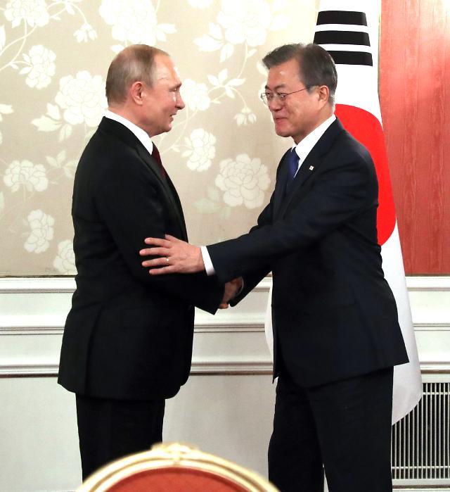 2시간 지연 한·러 정상회담 개시…文, 시진핑 이어 푸틴과 마주 앉았다