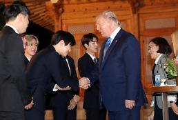 .美国总统特朗普同EXO成员握手交谈.