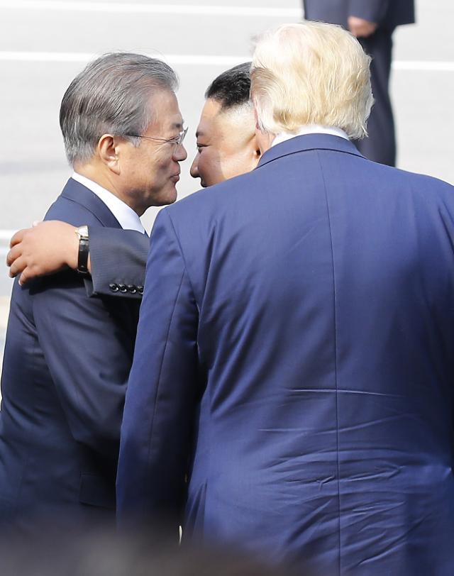 남·북·미 판문점 회동 역사 이끈 문재인 대통령…박스권 지지율 탈피하나