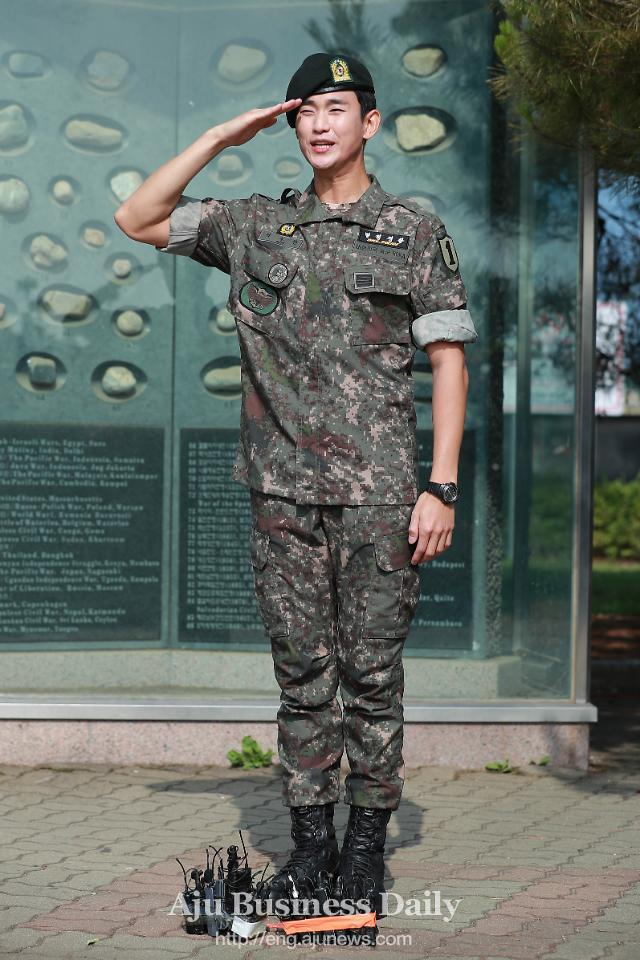 Actor Kim Soo-hyun ends military service at frontline army camp