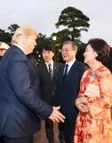 """.韩国第一夫人亲和力""""俘虏""""特朗普."""