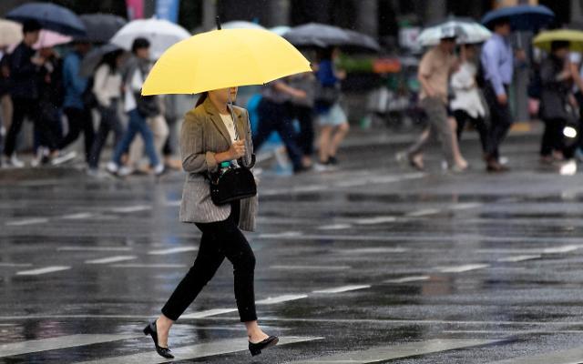 """去年韩国女性平均月薪1.4万 职场""""天花板""""依旧"""