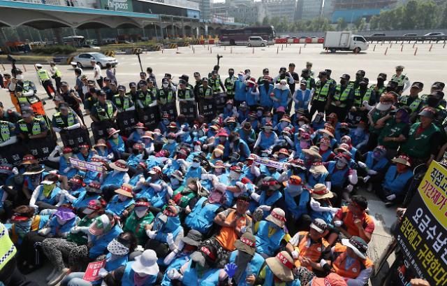 요금수납원들 경부고속도로 점거농성…경찰 20명 연행