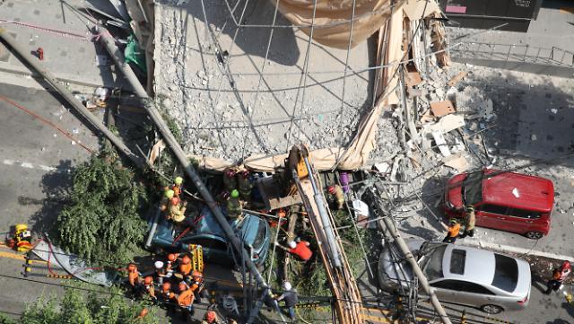 서울 잠원동 건물 철거 도중 붕괴…4명 부상