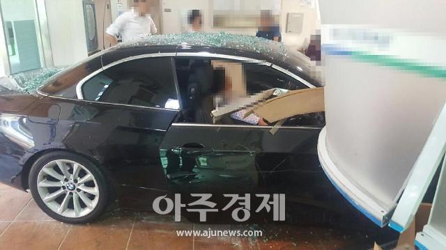 부산서 BMW 승용차 대낮에 병원 로비 돌진…2명 부상