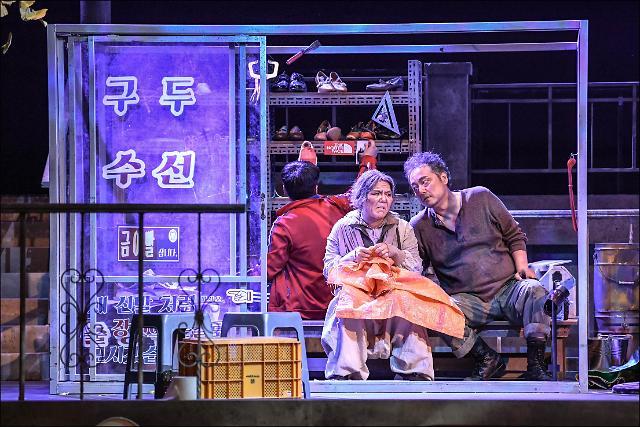 [관객석에서] '부조리한 현실의 맨 끝' 짚은 한국 창작오페라 '텃밭킬러'