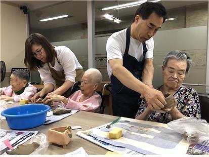 한국폴리텍대학 인천캠퍼스 산업디자인과 오복식 교수, 찰흙공예 재능 봉사