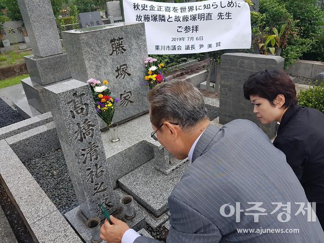 [이상국의 타임머신①]이 난리통에 일본인 묘에 절한 과천시 윤미현의장, 왜?