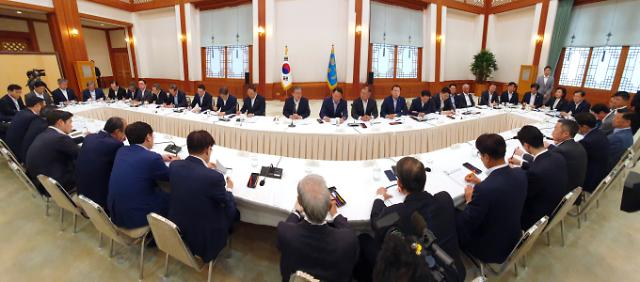 President Moon urges business leaders to get ready for prolonged row with Japan