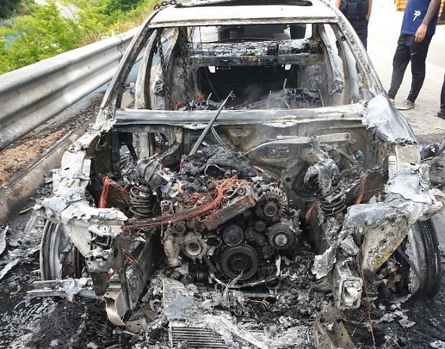 [포토] 고속도로 달리던 BMW 525d 화재로 전소