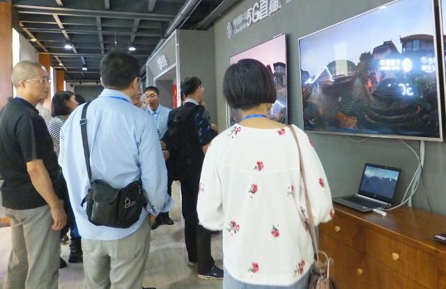 """""""遇见新丽江"""" 海外华媒代表参观古城智能服务设施"""