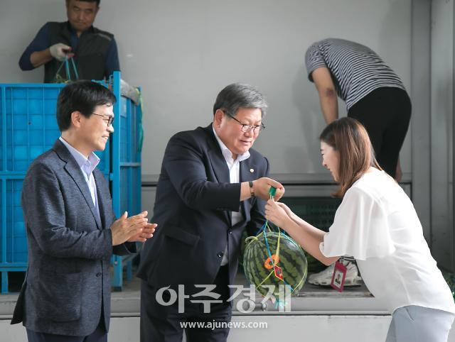 김수갑 충북대 총장, 깜짝 수박 선물로 교직원 격려