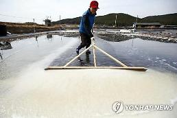 .Bay salt producers suspend production due to falling prices.