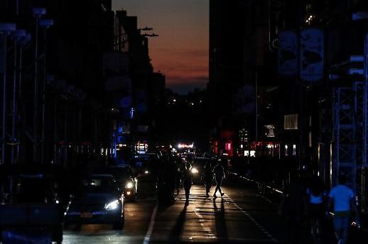 [광화문갤러리] 美 뉴욕 맨해튼 정전...암흑천지된 타임스스퀘어