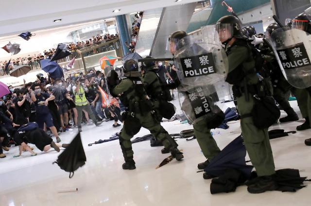 [글로벌포토] 홍콩 쇼핑몰 한복판서 시위대·경찰 충돌