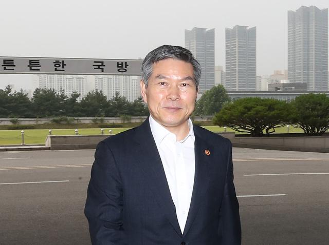 [포토] 청사 들어가는 정경두 국방장관