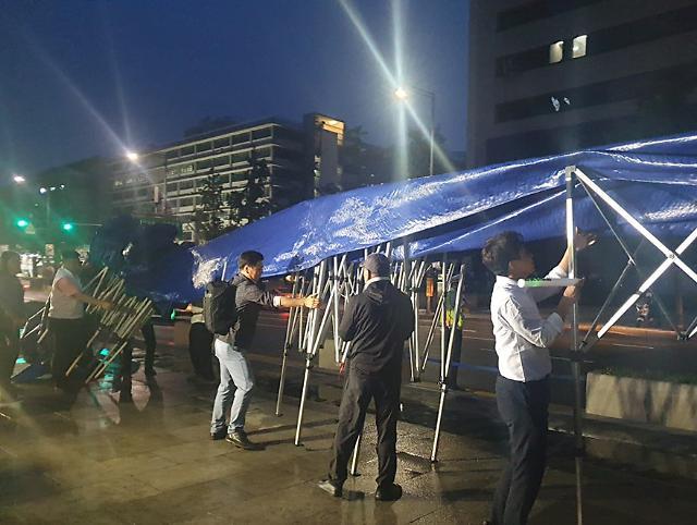[슬라이드 화보]  그저 바라만 보고 있지~...우리공화당(구 대한애국당) 광화문 천막 자진 철거