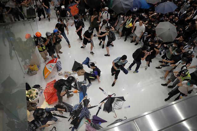 사퇴설에 입 연 홍콩 행정장관...시위대에 폭도 맹비난