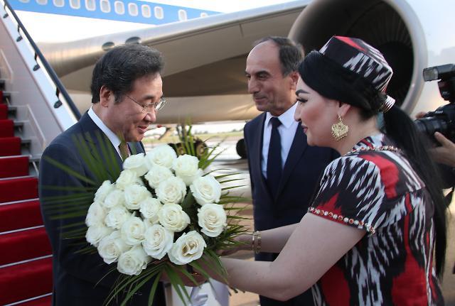 [포토] 타지키스탄 도착한 이낙연 총리