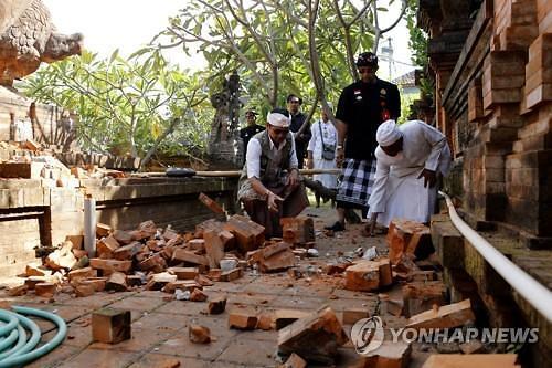 발리 규모 5.8 지진에 관광객 긴급 대피