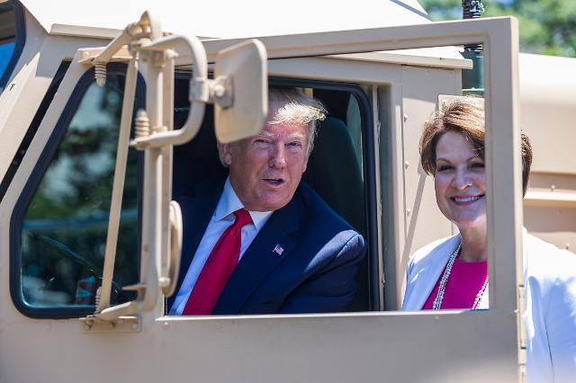 """特朗普在白宫草坪""""试驾""""萨德发射车"""