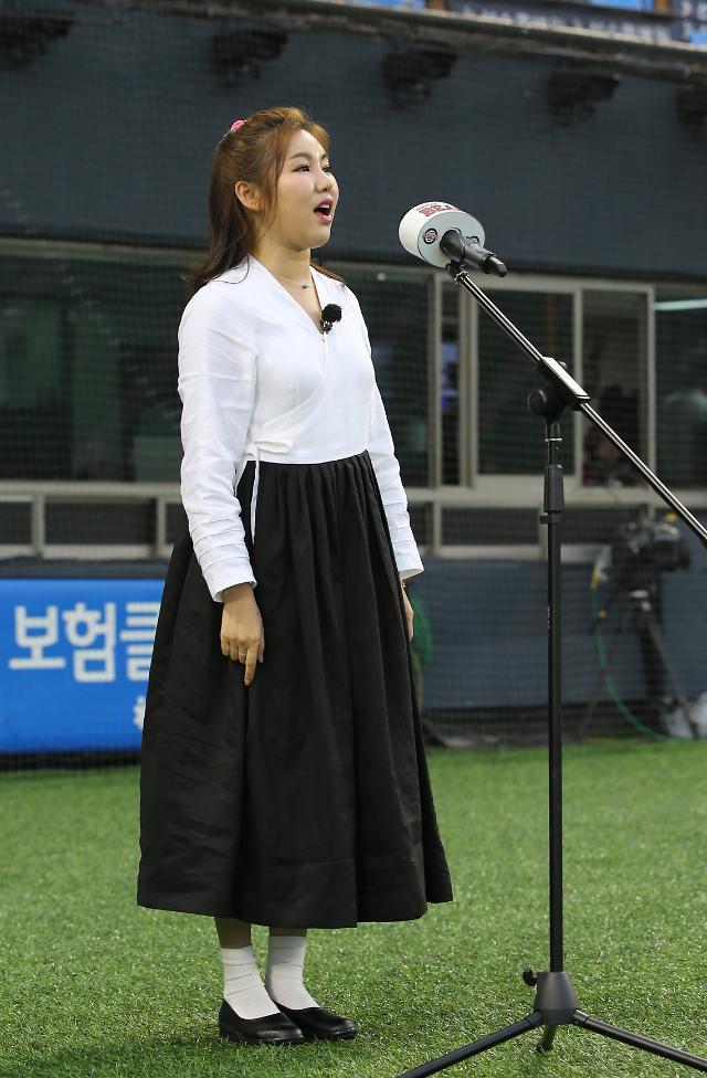 [포토] 애국가 부르는 송가인